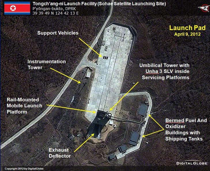 RAKETTEST: I tillegg til mulighetene for en atompr�vesprengning, planlegger Nord-Korea � skyte opp langdistanseraketten Unha-3 fra Tongchang-ri-anlegget. Mens myndighetene selv hevder at raketten skal kunne sette vitenskapelige satelliter i oml�psbane, er frykten at de p� sikt skal kunne armeres med kjernefysiske v�pen. Foto: REUTERS/Handout/SCANPIX