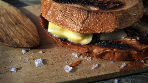 Svartsyn: N�r br�det blir ristet eller grillet, forandres det til et rivjern for hvitl�k  og tomat. Og litt svidde kanter er bare godt.