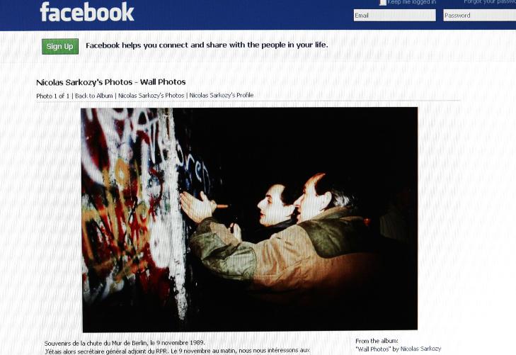 BL�FFET OM BERLIN: I 2009 postet president Sarkozy dette bildet p� sin Facebook-profil. Han p�sto bildet, der han hakker biter av Berlinmuren, ble tatt dagen da muren falt, 9. november 1989. Fotografen er imidlertid sikker p� at det ble tatt dagen etter. Foto: AFP / NTB SCANPIX