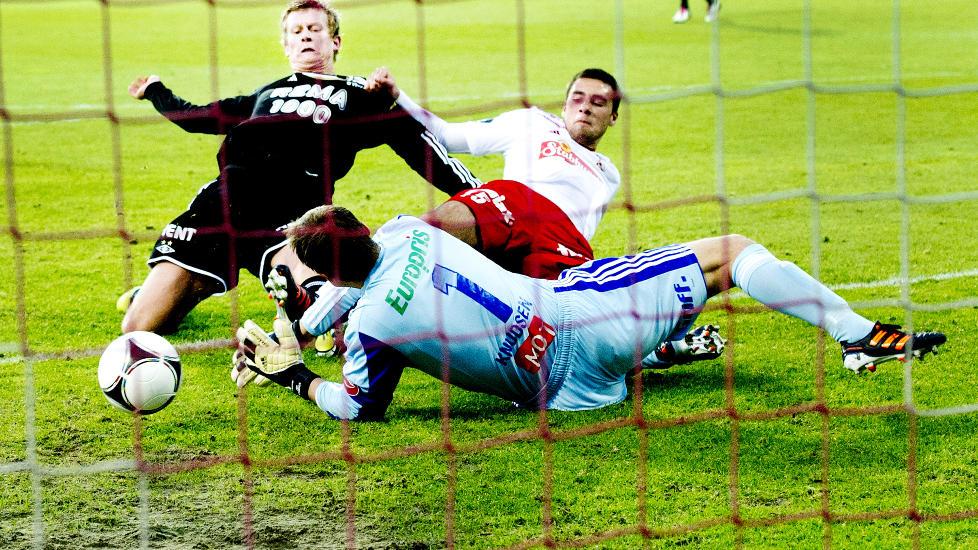 GULL VERDT: Steffen Iversen scorer utlikningsmålet for Rosenborg borte mot Fredrikstad. Foto: John T. Pedersen / Dagbladet