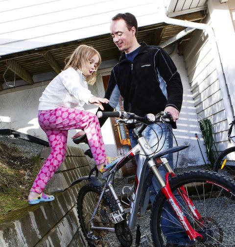 SYKKELGLEDE: Ogs� Odd Sigurds datter Synn�ve Hugdahl Refsn�s (6 1/2) er begeistret for den tilbakevendte sykkelen. Foto: OLE MORTEN MELG�RD / DAGBLADET