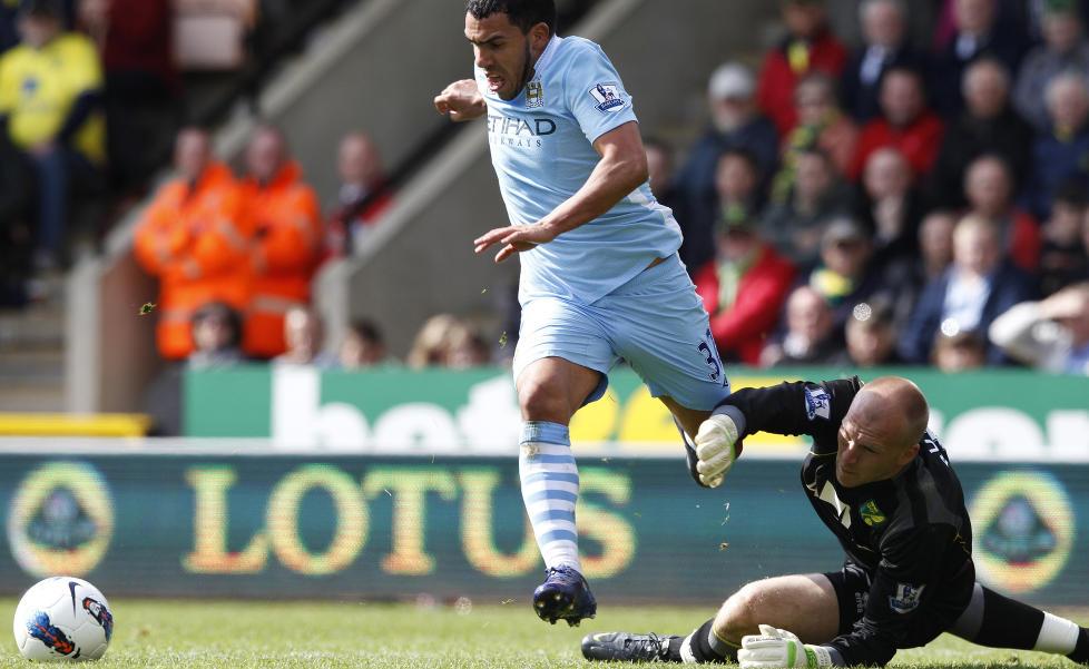 HATTRICK: Carlos Tevez runder Norwich-keeper John Ruddy og fullf�rer hattricket sitt. Foto: Andrew Winning, Reuters/NTB Scanpix