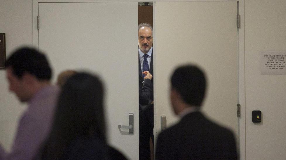 I HARDT V�R: Syrias FN-ambassad�r Bashar Ja'afari m� n� forholde seg til at sikkerhetsr�det har stemt for � sende en observat�rstyrke til landet. Foto: Allison Joyce / Reuters / NTB Scanpix