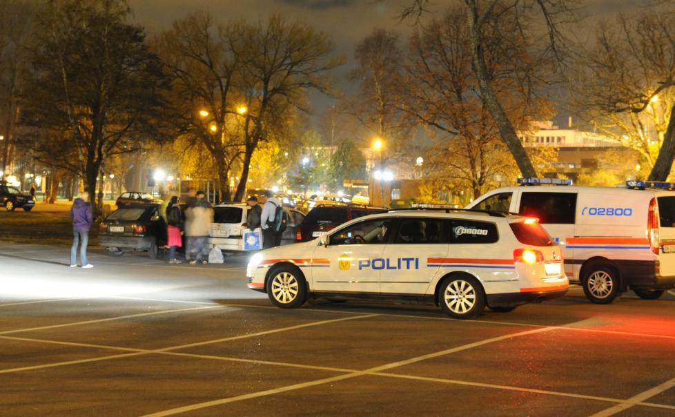TOK MED SEG JENTA: Politiet fant den lille jenta sovende i en liten personbil p� parkeringsplassen. Hun viste seg � bo i bilen. Foto: LASSE LJUNG / NYHETSFOTO