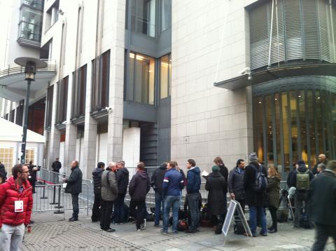 Et stort presseoppbud fra inn- og utland er på plass utenfor Oslo tinghus. Mange venter på å komme inn i pressearealene, mens andre vil bli stående utenfor, for å dekke rettssaken derfra.
