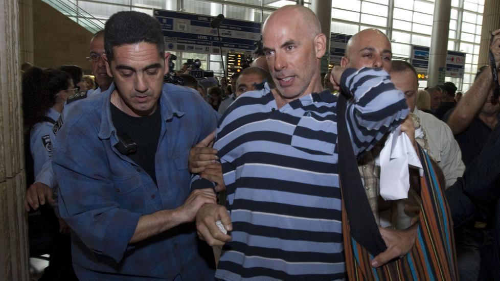 Aktivister f�res bort: En Palestina-aktivist blir her f�rt bort av sivilpoliti p� flyplassen i Tel Aviv. 79 aktivister har blitt f�rt bort, og blir nektet innreise til landet i fem �r. Foto JACK GUEZ / AFP PHOTO / NTB SCANPIX