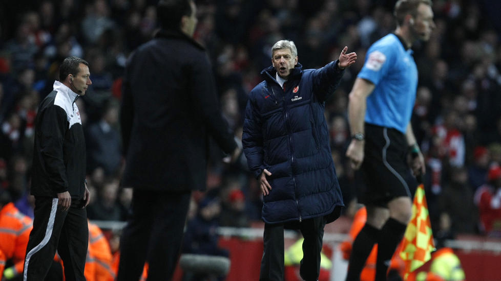 OPPGITT: Arsene Wenger konfronterte fjerdedommer Kevin Friend, og mente Wigan fikk sl�se altfor mye med tida p� Emirates i g�r.Foto: SCANPIX/AP/Alastair Grant