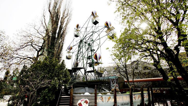 PARISERHJUL: Om du f�r nok av radiobilene, lokker parken med en rekke andre karuseller som berg-og-dal-bane og pariserhjul. Foto: KRISTIAN RIDDER-NIELSEN