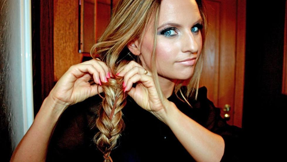 FLETTE: Fris�r S�lvi Bj�rnevoll fletter en tidl�s frisyre, men du kan gj�re den mer trendy med tilbeh�r som skinnreim og fj�r, og til og med pastellfarger i tuppene. FOTO: S�lvi Bj�rnevoll.