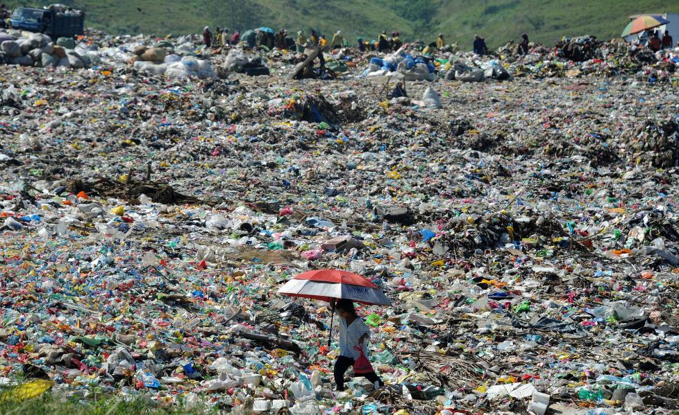 AVFALLSPROBLEM: Store mengder plast ender p� s�ppeldynger hvert �r. Dersom polyuretan tar fyr utvikles en giftig r�yk som er farlig for mennesker. Her g�r en kvinne over en s�ppelplass i Filippinene. Foto: NOEL CELIS/AFP