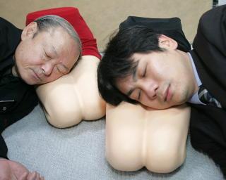 MYE FINT I PLAST: Polyuretan kan brukes til mange ting, blant annet puter. Her har to ansatte ved den japanske leket�ysfabrikken Trane Co Ltd funnet opp en ny type pute, bveregnet p� single menn i 20- og 30-�rene. Foto: Yuriko Nakao/REUTERS