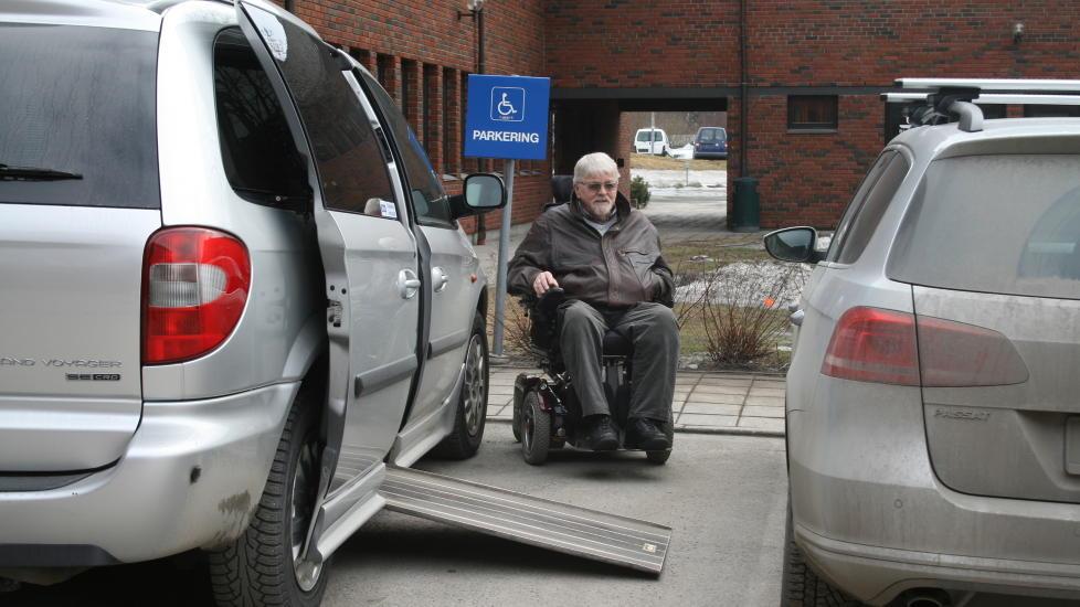 D�RLIG PLASS: Rullestolbruker Johan Forfod kommer ikke inn i bilen p� grunn av at handikap-parkeringen utenfor r�dhuset i Gran kommune er for trang. Foto: Arne Sonfl�/Kartverket