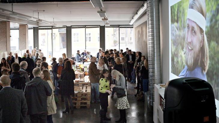 Lanseringsfest: Det var trangt om plassen da venner og familie ble samlet for å feire lanseringen av spillet «Macht», som var Einar Opsahls store prosjekt.