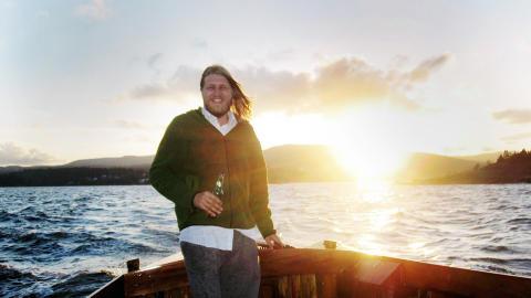 Gode minner: Einar Opsahl på sitt aller lykkeligste, i tresnekka si «Ternen» sommeren før han døde. - Han likte seg best i snekka si, og ville ikke ha noe som gikk fortere. Han var veldig glad i havet, forteller mora Mia Fossbakk.
