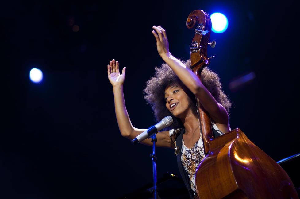 TIL BERGEN: —Bergen er en flott by og jeg elsker Fisketorget. Sist jeg var i Bergen spiste jeg hvalkj�tt for f�rste og — jeg innr�mmer — siste gang. Jeg likte det, men klarer nok ikke � spise mer hval, sier Esperanza Spalding. Hun skal spille utekonsert under Nattjazz, men frykter ikke bergensregnet. —Jeg er fra Oregon, jeg liker regn, sier hun t�rt. Her er hun under en konsert ved Montreux Jazzfestival i fjor sommer. FOTO: NTB SCANPIX/AFP/VALENTIN FLAURAUD
