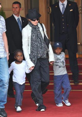 SM�BARNSMOR:  Madonna adopterte for noen �r siden datteren Mercy James og s�nnen David Banda fra Malawi i Afrika. Foto: Stella Pictures
