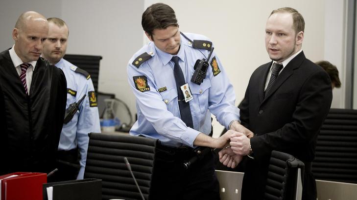 SPILLENTUSIAST: Her er Anders Behring Breivik med advokat Geir Lippestad under rettssakens fjerde dag, torsdag 19.april 2012. Han spilte dataspill sju timer om dagen helt fram til �n m�ned f�r terrorangrepet 22.juli. Foto: Bj�rn Langsem / Dagbladet.