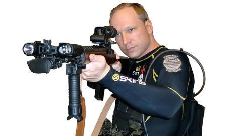 ODINS SVERD: Her er et bilde av Anders Behring Breivik fra hans manifest hvor han poserer med rifla han seinere brukte p� Ut�ya. P� rifla er det risset inn �Gungnir�, det norr�ne navnet p� Odins sverd. Politiet bekrefter at ekstrautstyret p� rifla ble brukt ogs� p� Ut�ya. Eneste unntak er h�ndgrepet, og muligens lyset, som var borte da Breivik ble p�grepet. Foto: Faksimile fra manifestet / Scanpix