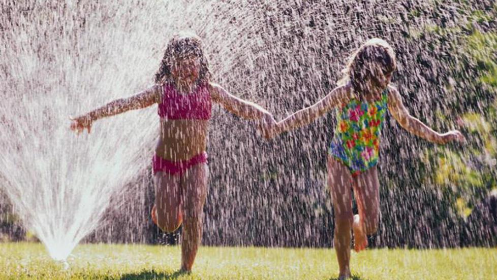 VANN ER G�Y: Alle barn liker � leke med vann - gi dem det de vil ha i hagen. FOTO: Colourbox