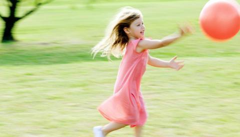 ROM FOR LEK: Barna vil ha en hage som innbyr til lek. FOTO: Colourbox