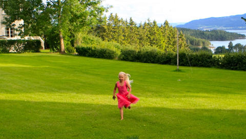 L�PEPLASS: Ikke fyll hagen med m�bler og grillutstyr, gi barna rom til � l�pe og leke ogs�. FOTO: Tore D. Carlsen