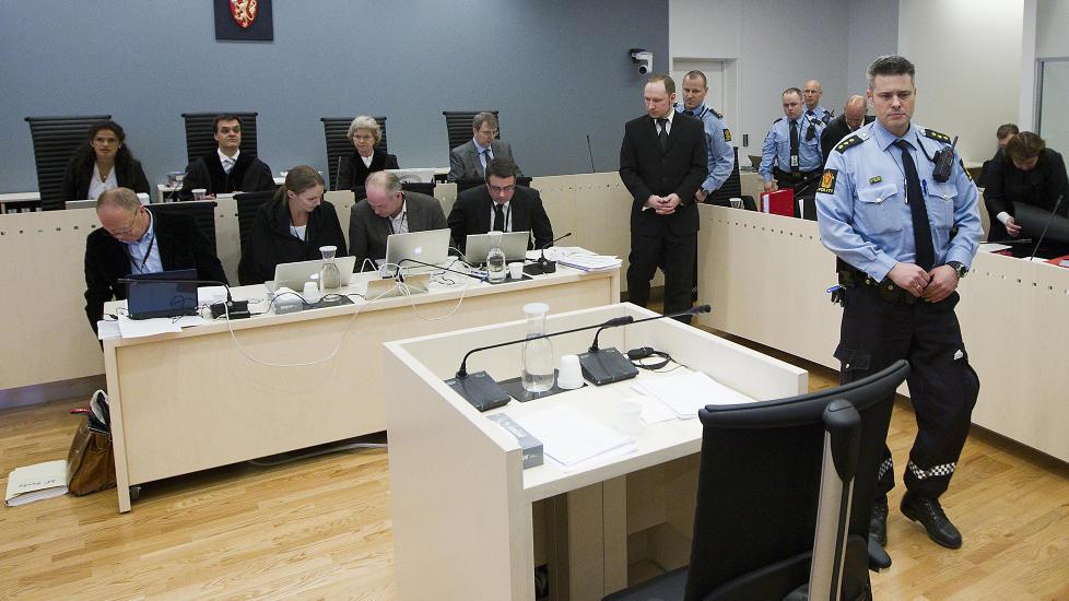 NY DAG, NYE L�GNER: Anders Behring Breivik serverte p� nytt retten en rekke blanke l�gner og grove misforst�elser under den andre dagen av hans forklaring. Foto: Bj�rn Langsem / Dagbladet.