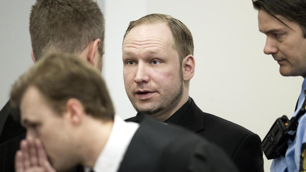 TILREGNELIG? Anders Behring Breivik ankommer retten med nytt slips og ny svart skjorte i dag. Hovedsp�rsm�let under rettssaken er om han er tilregnelig eller ikke. Foto: Bj�rn Langsem / Dagbladet.  fredagsbilde