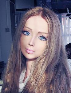 Hun er �plastic fantastic�, men er hun ekte?