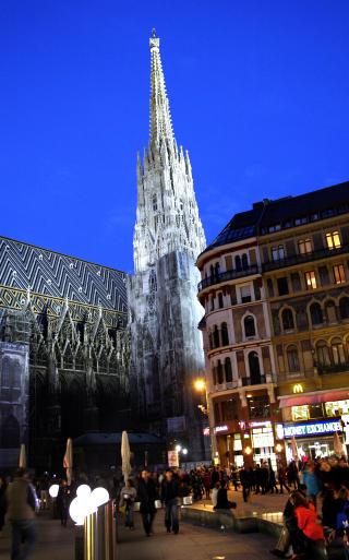 H�YDEPUNKT: Midt i Wien sentrum rager Stephandomen, som regnes som �sterrikes flotteste gotiske bygg. Selv om kirkebygget er under restaurering, skal det et trenet �ye for � avsl�re at den nederste delen av kirket�rnet faktiske er en kulisse. Foto: EIVIND PEDERSEN