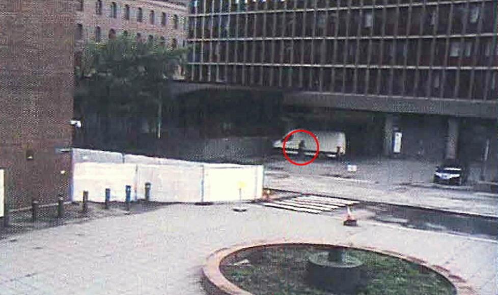 SATT I VAKTSENTRALEN:  Her er Breiviks bombebil fanget opp p� overv�kningskamera kort tid f�r den eksploderer. Tor-Inge Kristoffersen forklarer seg i dag om bombebilens bevegeler som han fulgte fra vaktsentralen i kjelleren av h�yblokka, cirka 20 meter fra bombens sentrum.