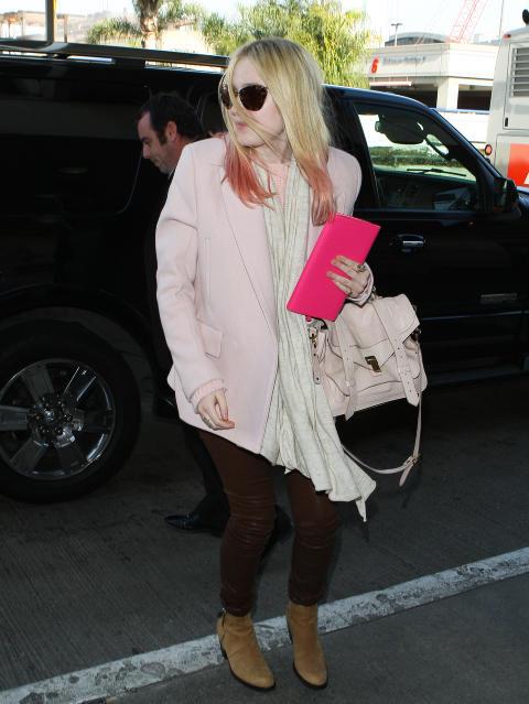 ACNE-BLAZER: Skuespiller Dakota Fanning i en pastellrosa Acne-blazer. Foto: Stella Pictures