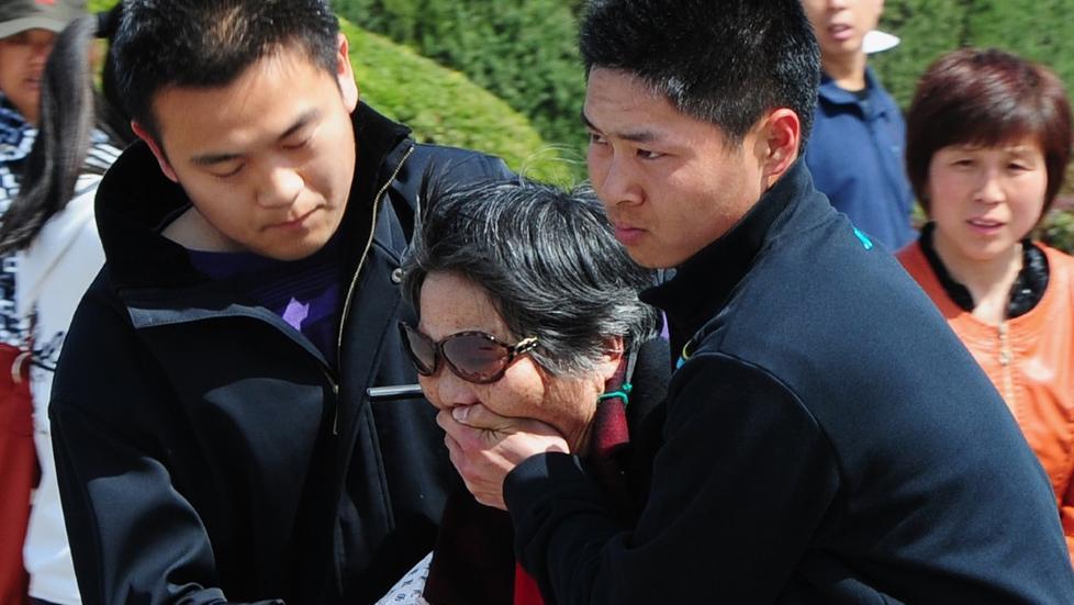 DEMONSTRASJON: En eldre kvinne blir arrestert utenfor Folkets store hall i Beijing etter � ha demonstrert mot arrestasjonen av Bo Xilai. Foto: AFP/NTBscanpix