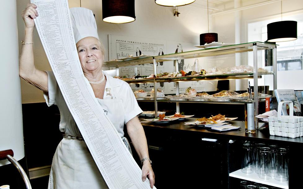 GUINNES-REKORD: 177 av sm�rrebr�dene hos Ida Davidsen er p� en fast meny som er 1,4 meter lang. Det er verdens lengste meny, og den har dermed havnet i Guinnes rekordbok. Foto: KRISTIAN RIDDER-NIELSEN