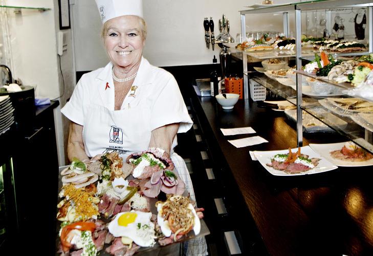 SM�RREBR�DRONNINGEN: Ida Davidsen startet i restauranten da hun var 15 �r. Til neste �r har hun laget sm�rrebr�d i 60 �r, men hun er ikke lei. Foto: KRISTIAN RIDDER-NIELSEN