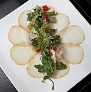 SVERDFISK  Bestiller du favoritten til Prinsesse Marie, f�r du br�d med sverdfisk, frisk asparges, egger�re med tr�fler, majones og tang. Foto: KRISTIAN RIDDER-NIELSEN