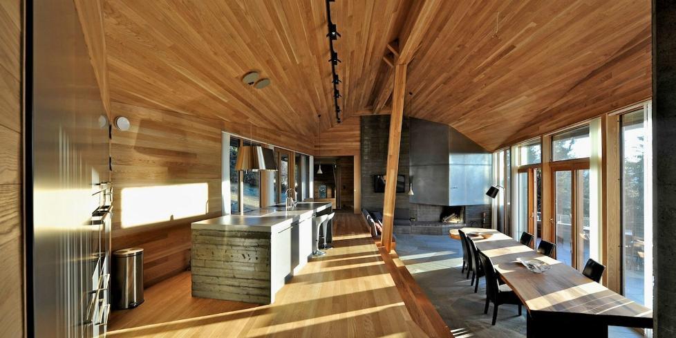 FULL OVERSIKT: Arkitektene laget et stue hovedrom som har kontakt til mange andre deler av bygningen, til terrassen rett forkant av rommet - og til den storsl�tte fjellnaturen i det fjerne.  FOTO: Nils Petter Dale