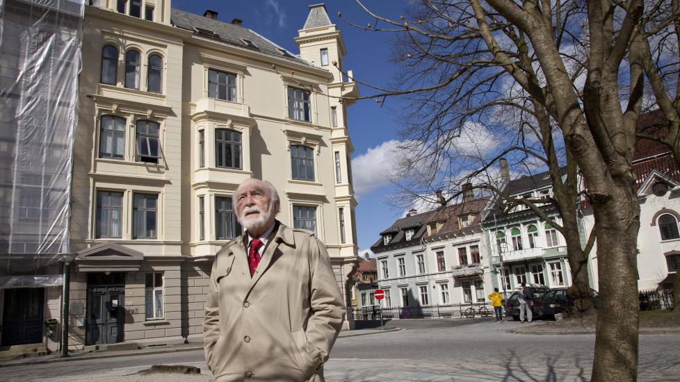 �STEDET: Professor Willy Dahl foran huset p� Sydnesplassen i Bergen der Agnar Mykle bodde i den perioden i 1938 og 1939 han beskriver i romanen �Sangen om den r�de rubin�. De aller fleste av de �sterke� scenene i boka foregikk bak vinduet midt p� huset, i fjerde etasje, noe som ikke har v�rt kjent f�r i disse dager.  Foto: Magnus Vab�