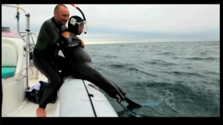 GOD HJELP: Philippe Croizon ba Arnaud Chassery med seg på svømmetur. Croizon skal svømme med beinproteser som har svømmeføtter festet til seg. Foto: Reuters