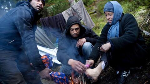 VARMER BL�TE BEIN: Stom (30) (f.v.), Jomel (33) og Vosilico (40) er blant de �tte som bor i et telt utenfor Oslo. Stom er den eneste av de �tte som har arbeidet tidligere. N� tigger alle p� gata i Oslo, og de mener de er heldige som f�r bo i telt, sj�l om ogs� det er kaldt. Foto: Tomm W. Christiansen/Dagbladet