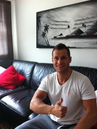 FORN�YD: Svenn Gerry Dalland (35) er storforn�yd med ny hvit sofa. N� vil han kvitte seg med den gamle skinnsofaen. Foto: Privat