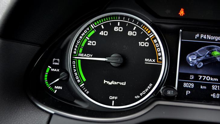 GR�NT ELLER GROMT: I Audis hybridmodeller finnes det ingen turteller, men derimot en m�ler som viser hvordan du disponerer kraften. Foto: ANDREAS HANDELAND