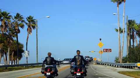 ON THE ROAD: Sommeren er den beste tida for å reise til USA, her er to jenter på motorsykkeltur i Florida.