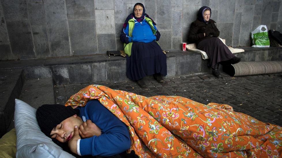 ALDRI HATT JOBB: Leonardo (22) liker � sove lenger enn sine foreldre og slektninger, som alle holder til ved Gr�nland T-banestasjon i Oslo om natta. P� dagtid tigger dem. Ingen av dem har noen gang jobbet, men de sier at de vil. If�lge Ruskenpatruljen, som fjerner teltleire og s�ppel for kommunen Oslo, har det v�rt en �dramatisk �kning� av personer fra romfolket i �r. Foto: Tomm W. Christiansen/Dagbladet