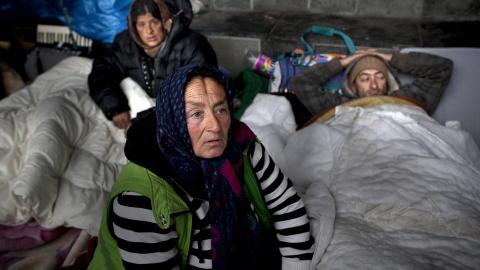 - SKIV AT VI SULTER IHJEL:  Maria (54) (fremst) sier hun bare fikk 17 kroner dagen i forveien. Hennes s�nn, Fillip (31) (t.h.) er stum og kom etter henne til Norge. Maria forteller at ektemannen er alkoholiker og bor i Romania. - Skriv at vi sulter ihjel, sier hun. Foto: Tomm W. Christiansen / Dagbladet
