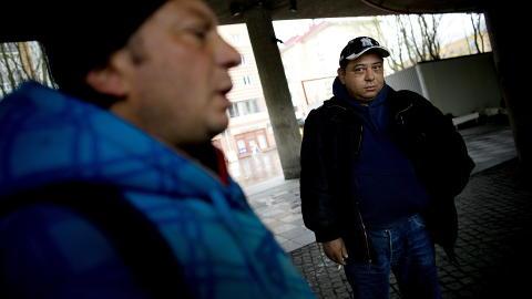 SKUFFET:  Bujor (40) (t.h.) og Cantaragiu (40) har seks og sju barn hver hjemme i Romania. De mener de blir behandlet verre enn hunder i Norge, og sier de kunne tatt hvilken som helst male- eller rengj�ringsjobb hvis de fikk muligheten. - Jeg har ikke tenkt p� � l�re meg norsk, sier Bujor.  Foto: Tomm W. Christiansen / Dagbladet