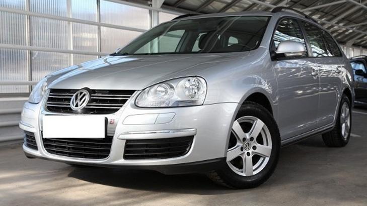 FUNNET I BAGASJEROMMET: Den drepte mannen ble funnet i en s�lvfarget Volkswagen Golf fra 2008. Foto: