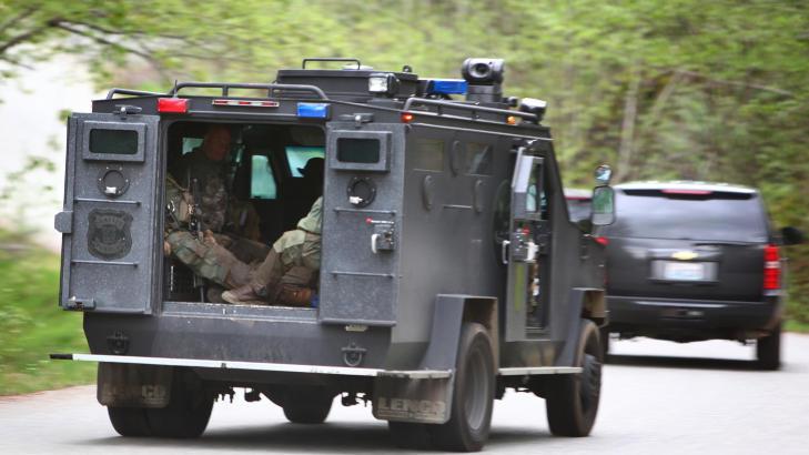 RYKKET UT: Politiets spesialstyrker omringet i g�r kveld lokal tid bunkeren der de tror mannen skjuler seg.  Foto: AP Photo/seattlepi.com, Joshua Trujillo/NTBScanpix