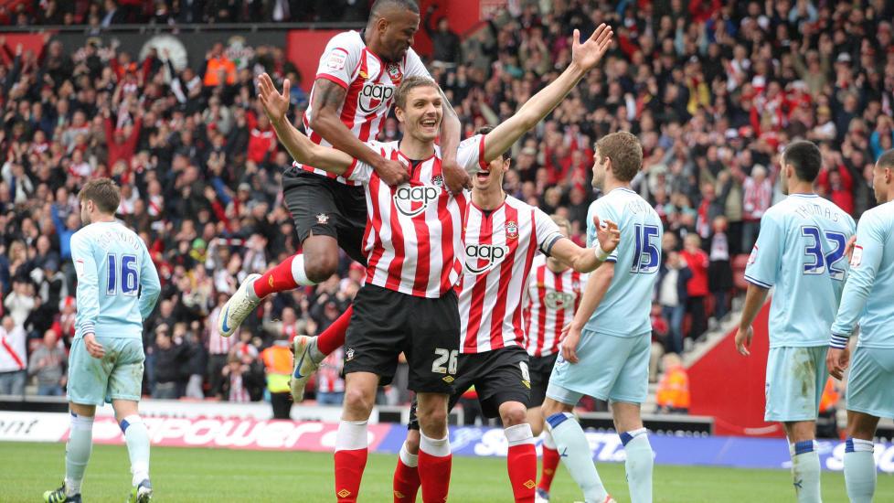 OPPRYKK: En solid 4-0-seier over Coventry i siste runde ga Southampton poengene laget trengte. Den tradisjonsrike klubben er igjen klar for engelsk eliteserie neste sesong. Foto: AP / PA Photo / NTB Scanpix