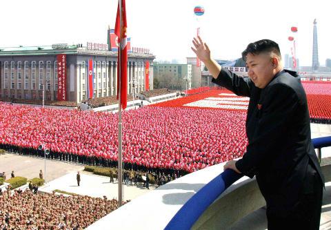 TREDJE GENERASJON: Kim Jong-un er siste skudd p� diktatorstammen i Nord-Korea. Her hilser han et opptog i forbindelse med 100-�rsmarkeringen for f�dselen til Kim Il-sung. Foto: AP Photo/Korean Central News Agency