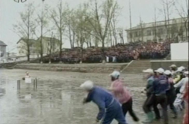 STEINER: Nordkoreanske sivile steiner en byste av S�r-Koreas president.